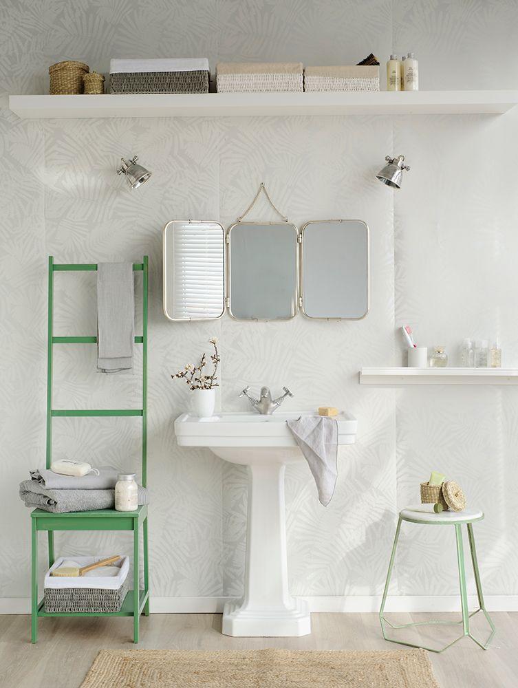 Ba o con lavabo en blanco espejo y estanter a color verde for Banos blancos y verdes