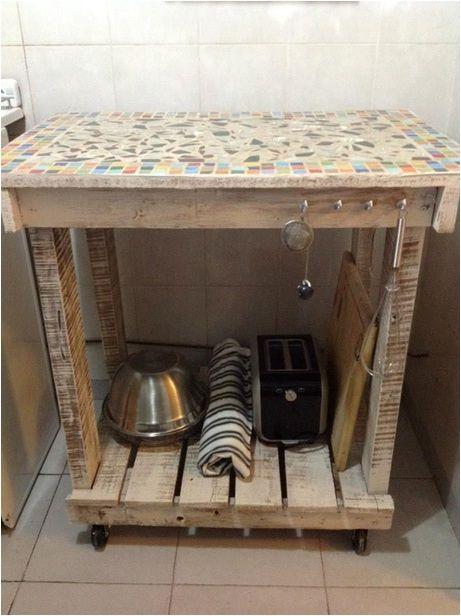Mesa tipo isla de cocina madera reciclada y venecitas for Colgar utensilios de cocina