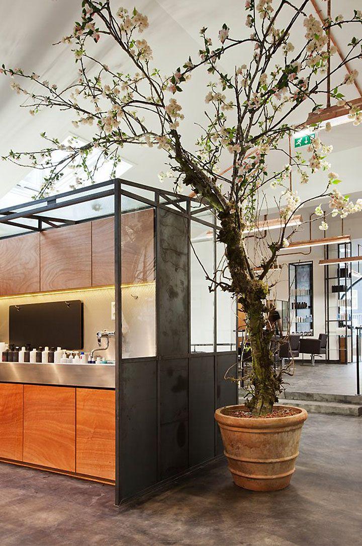 Un Salon De Coiffure Atypique Et Branche Frenchy Fancy Salon De Coiffure Decor De Salon De Coiffure Interieur De Salon De Coiffure