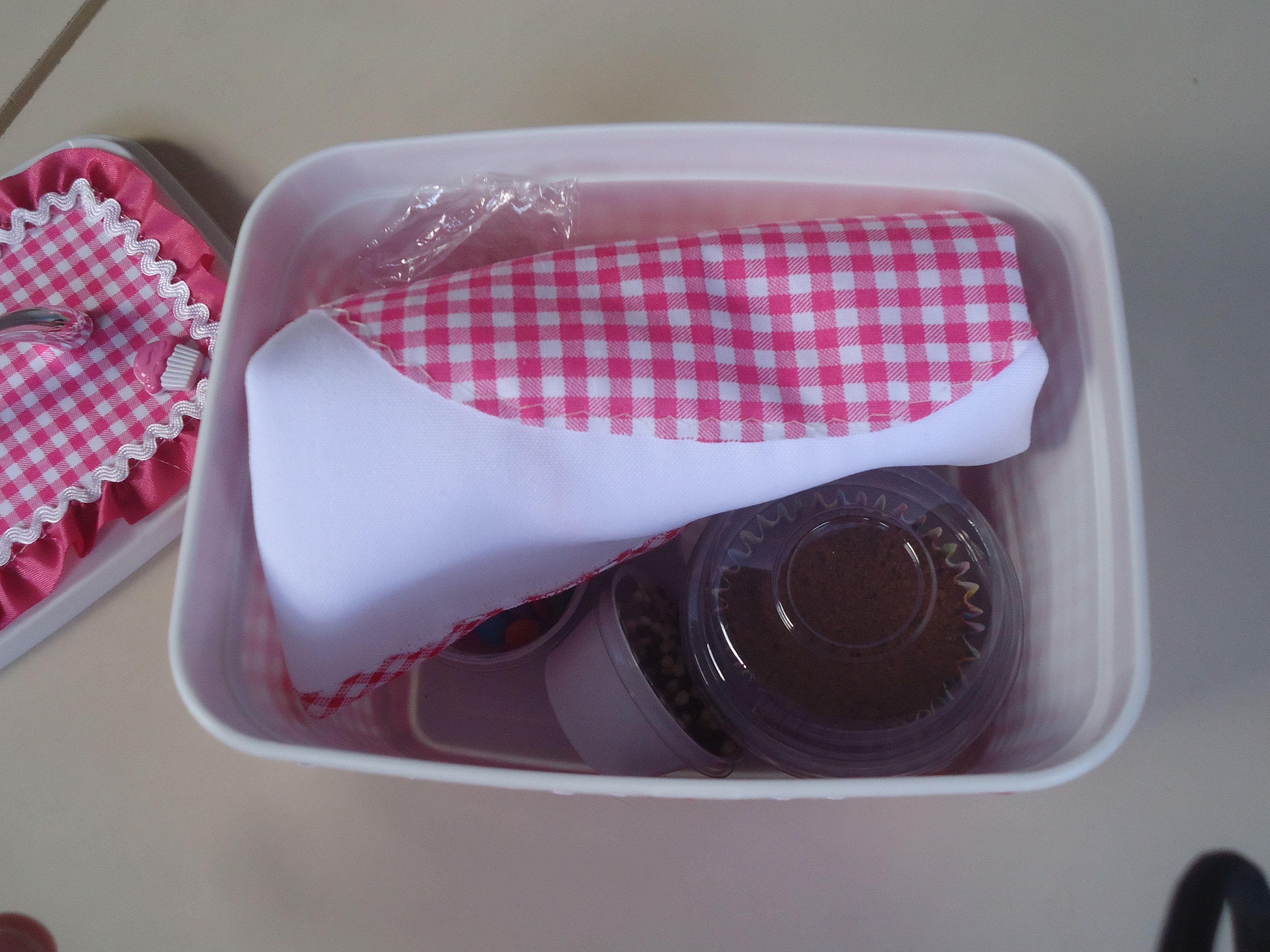 Recheio da caixinha da arte: Amor, Criatividade e muita ajuda da vovó e da titia! Avental, cupcake, sachet de marshmallow, sachet de brigadeiro, confetti e power ball.