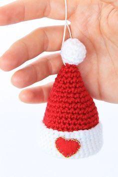 Addobbi da appendere  cappello di Babbo Natale a uncinetto (trovato su sito  fare e b1d0fe8df84c