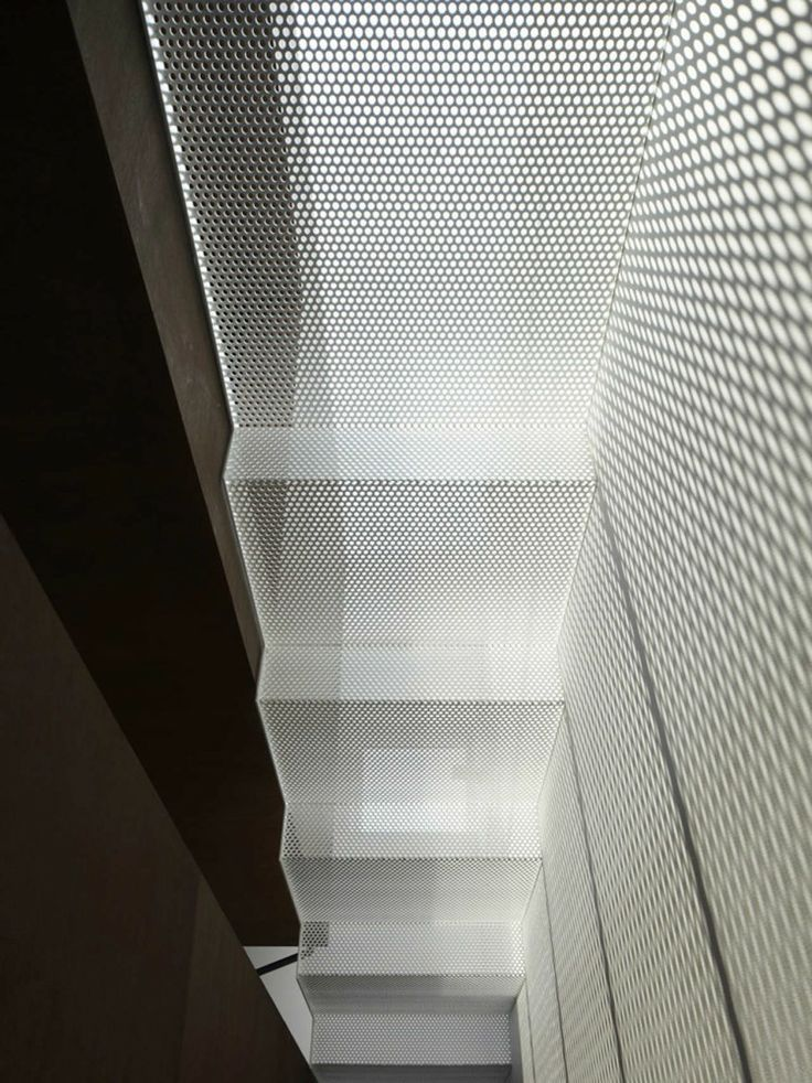 Lichtdurchflutete Treppen aus Lochblech.  IS / Yo Yamagata Architects - perforated metal mesh