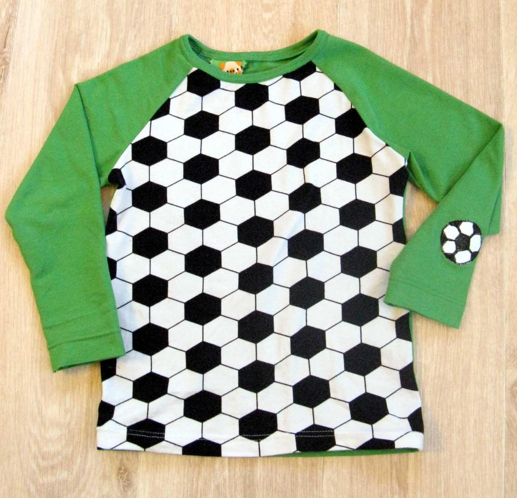 Jalkapalloaiheinen paita http://kangaskorjaamolla.blogspot.fi/2015/03/jalkapallopaita-lakupaita-ynna-muita.html