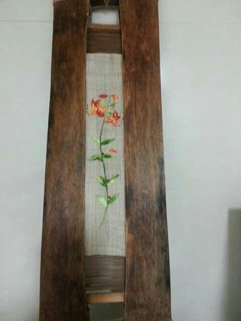Detalle flores sobre madera
