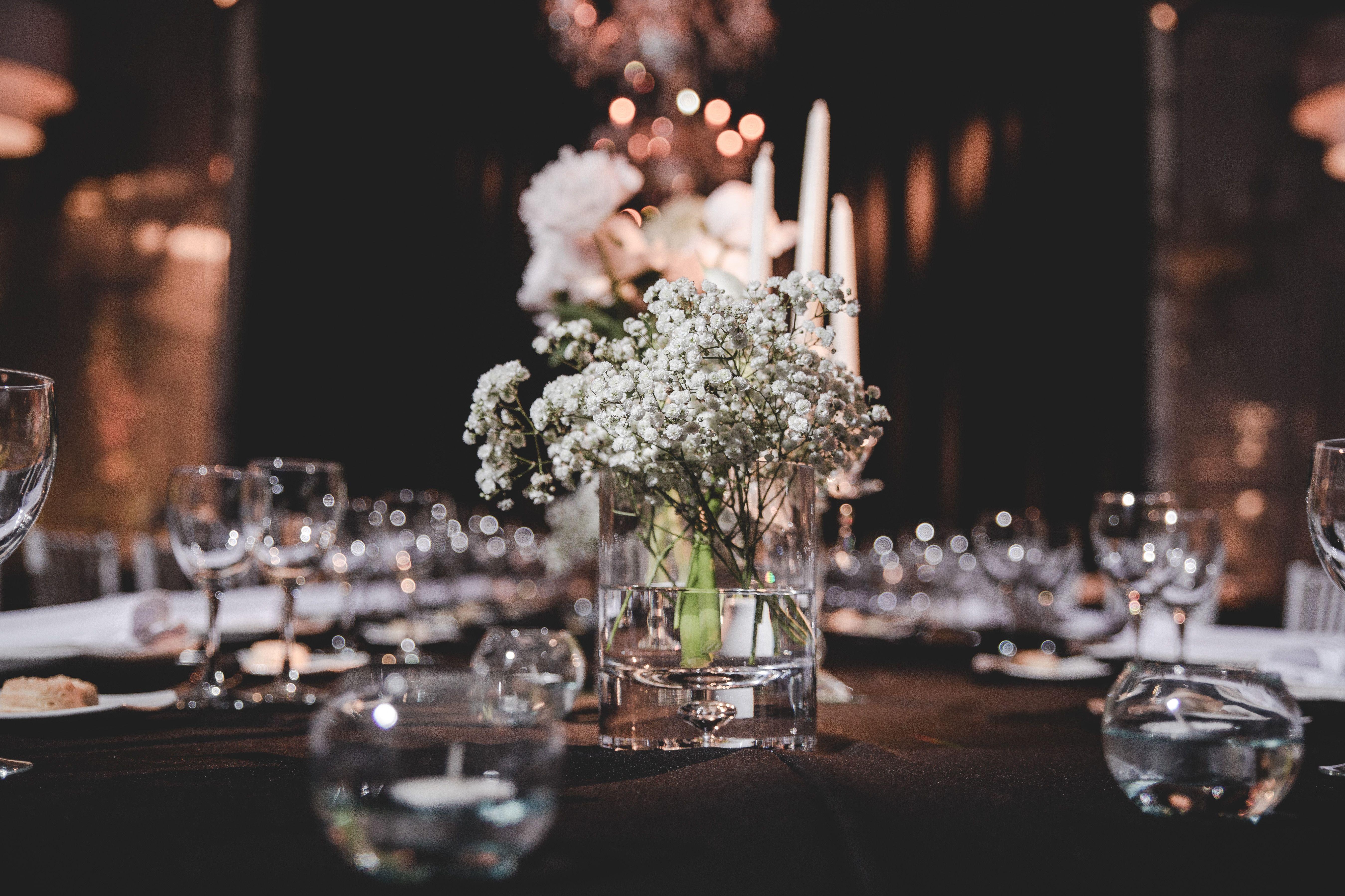 mesas con distintos elementos