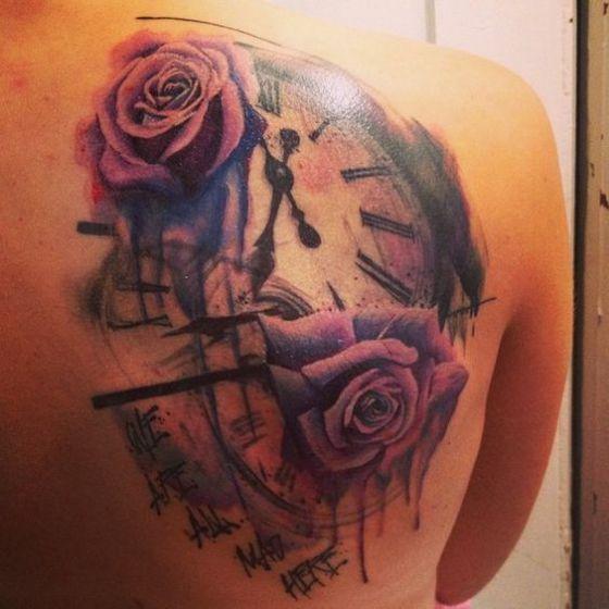 Tattoo De Reloj Junto Con Flores Simbolo Del Paso Del Tiempo Y Un