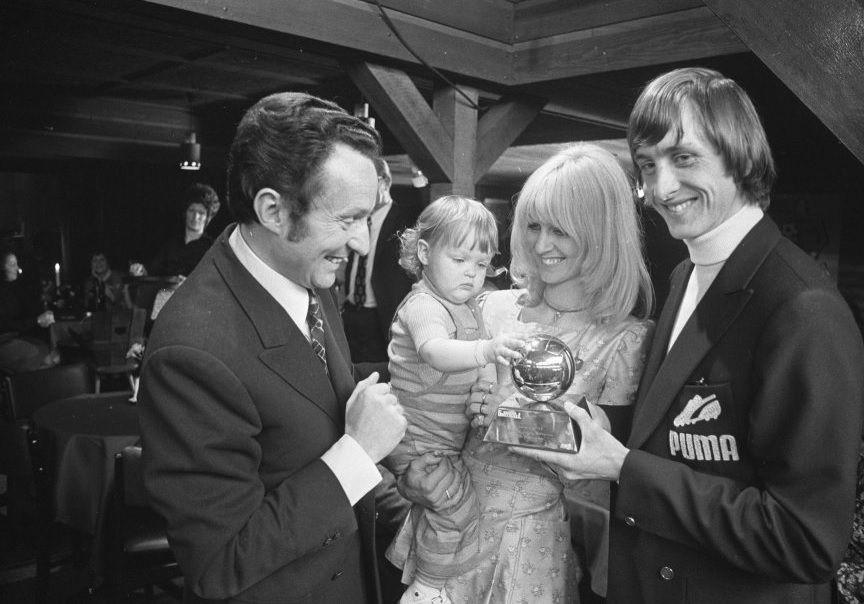 Johan Cruyff recibe su primer Balon de Oro ,1971.