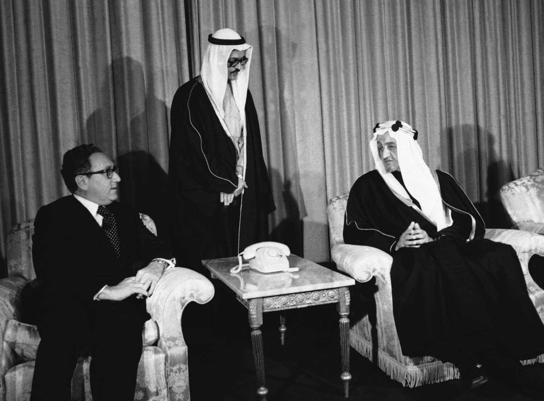 الملك فيصل بن عبدالعزيز بجوار رئيس الخارجية الأمريكي هنري كسنجر Middle Eastern History King Faisal Face Art