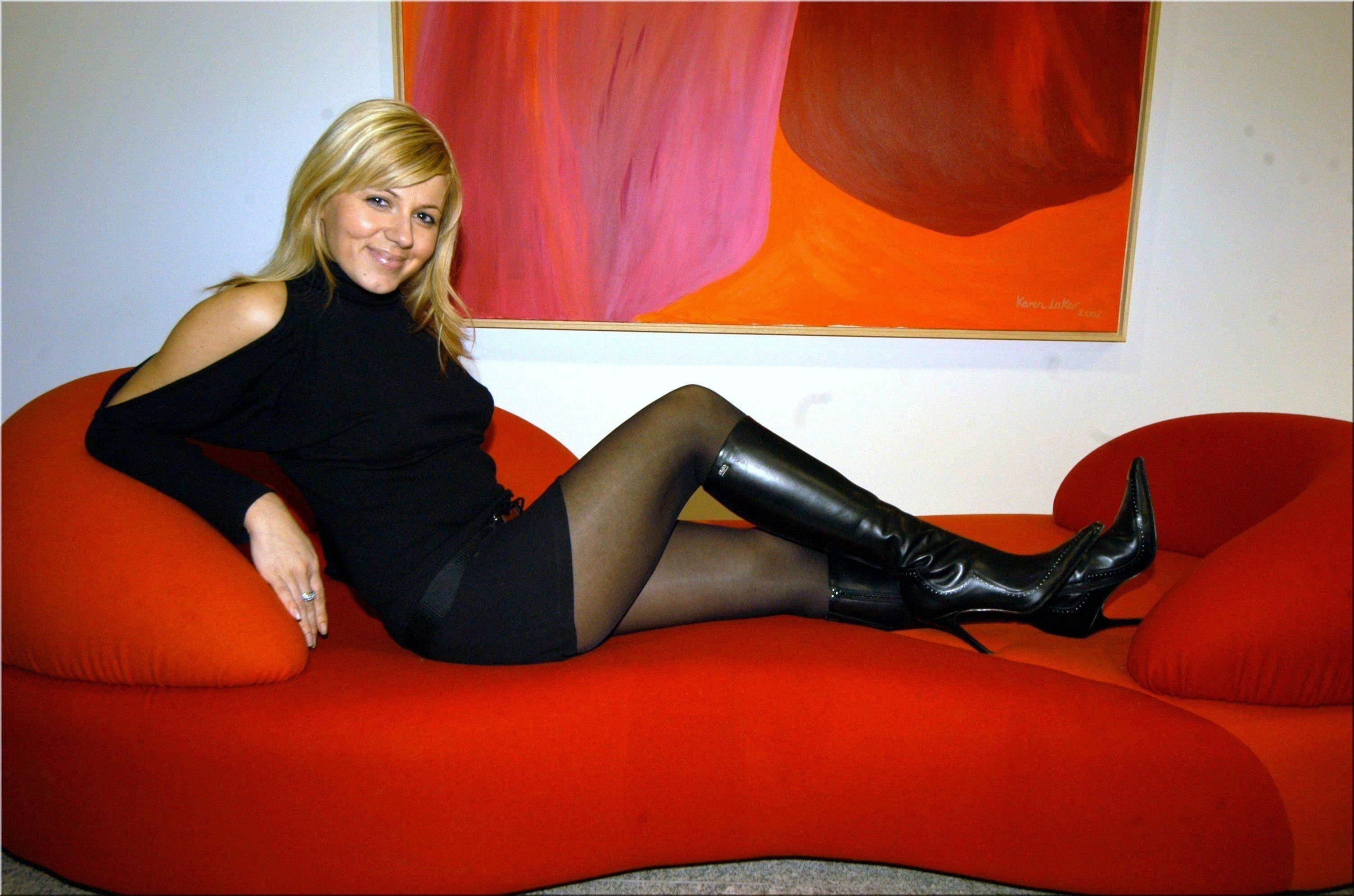 hot blonde in black boots blondes pinterest tolle schuhe schuhe und sch ne frauen. Black Bedroom Furniture Sets. Home Design Ideas