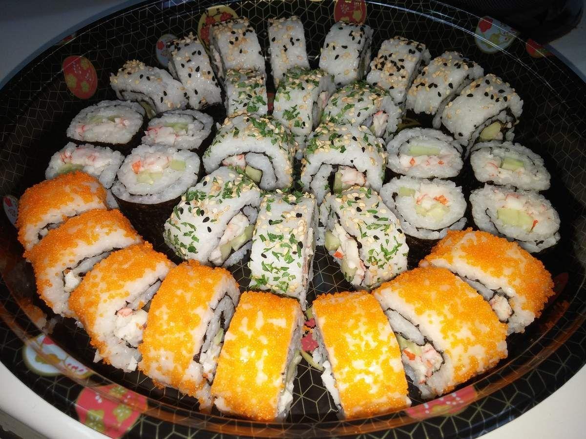 Sushi Maki Nigiri California Rolls Maison Plateau De Sushis Japonais Cuisinestyle Recettes De Cuisine Cuisine Asiatique Recette Asiatique