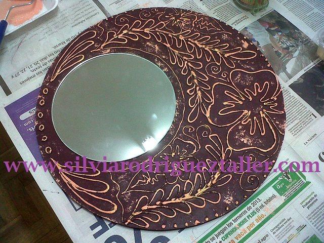 Espejo con textura. La textura está lograda con enduido plástico y una buena pátina para el acabado en pintura acrilica.