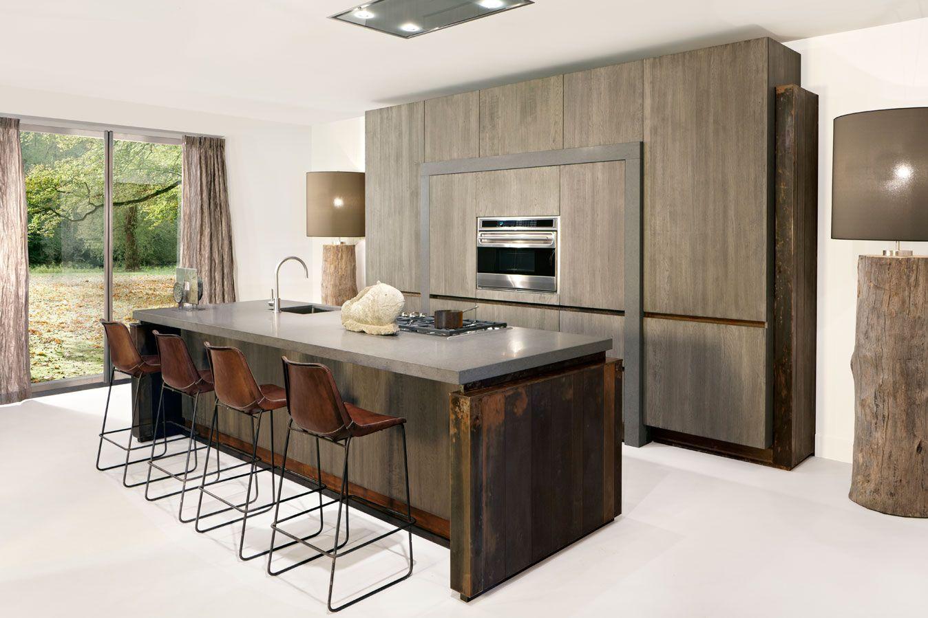 de copper loft is een moderne keuken die opvalt door het gebruik van verweerd koper donker hout