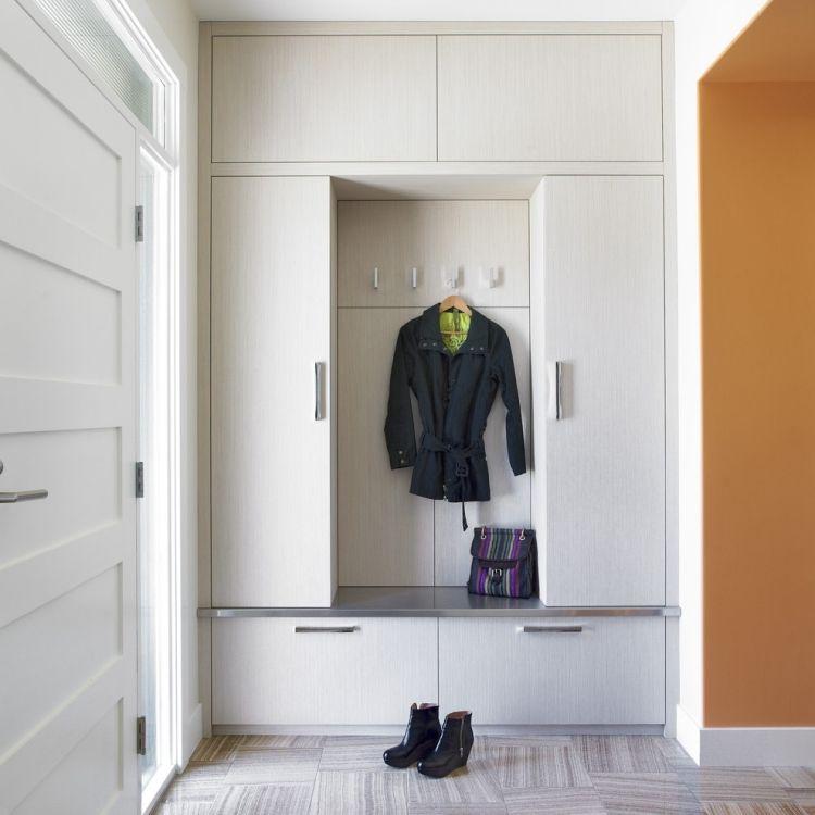 Einbau Garderobenschrank Platzwunder Im Modernen Flur Einbauschrank Garderobe Garderobe Schrank Garderobenschrank
