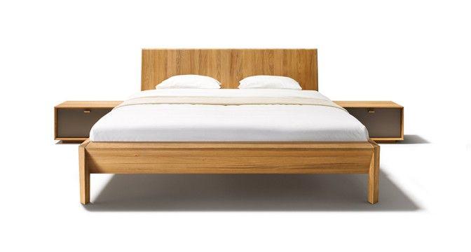 Das lux Bett von TEAM 7 mit massivem Rahmen demonstriert die Stabilität der metallfreien Naturholzkonstruktion.