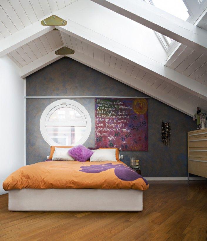 Gioco di colori e materiali per questa camera in mansarda