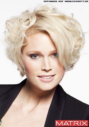 Locken Fur Volumen Im Stufenschnitt Frauen Frisuren Bilder Cosmoty De Trendfrisuren Styling Kurzes Haar Wellenfrisuren