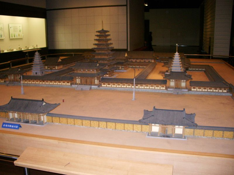 File:Reconstructed miniature model of Mireuksa.jpg