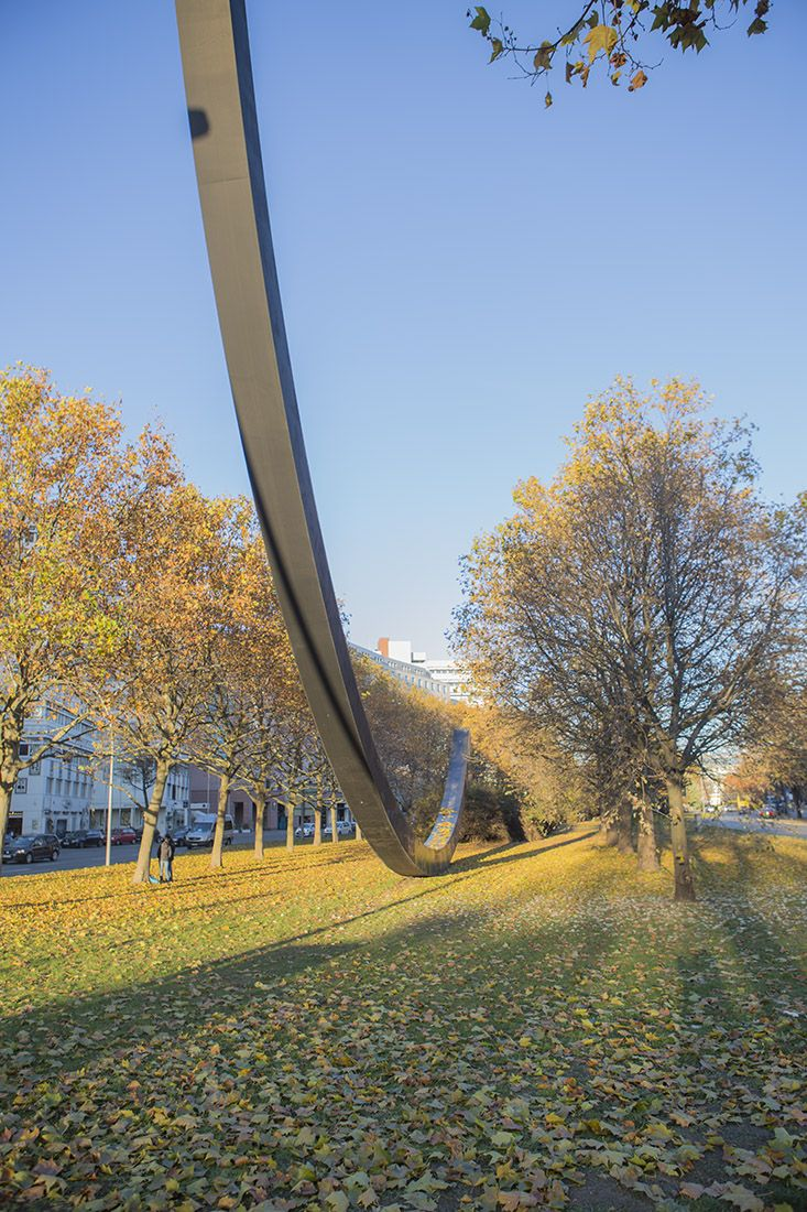 Kleiststraße / an der Urania, Skulptur 124,5 Grad (Arc de 124.5 degrees) von Bernar Venet, Berlin, Germany. Foto: Walter Dombrowsky