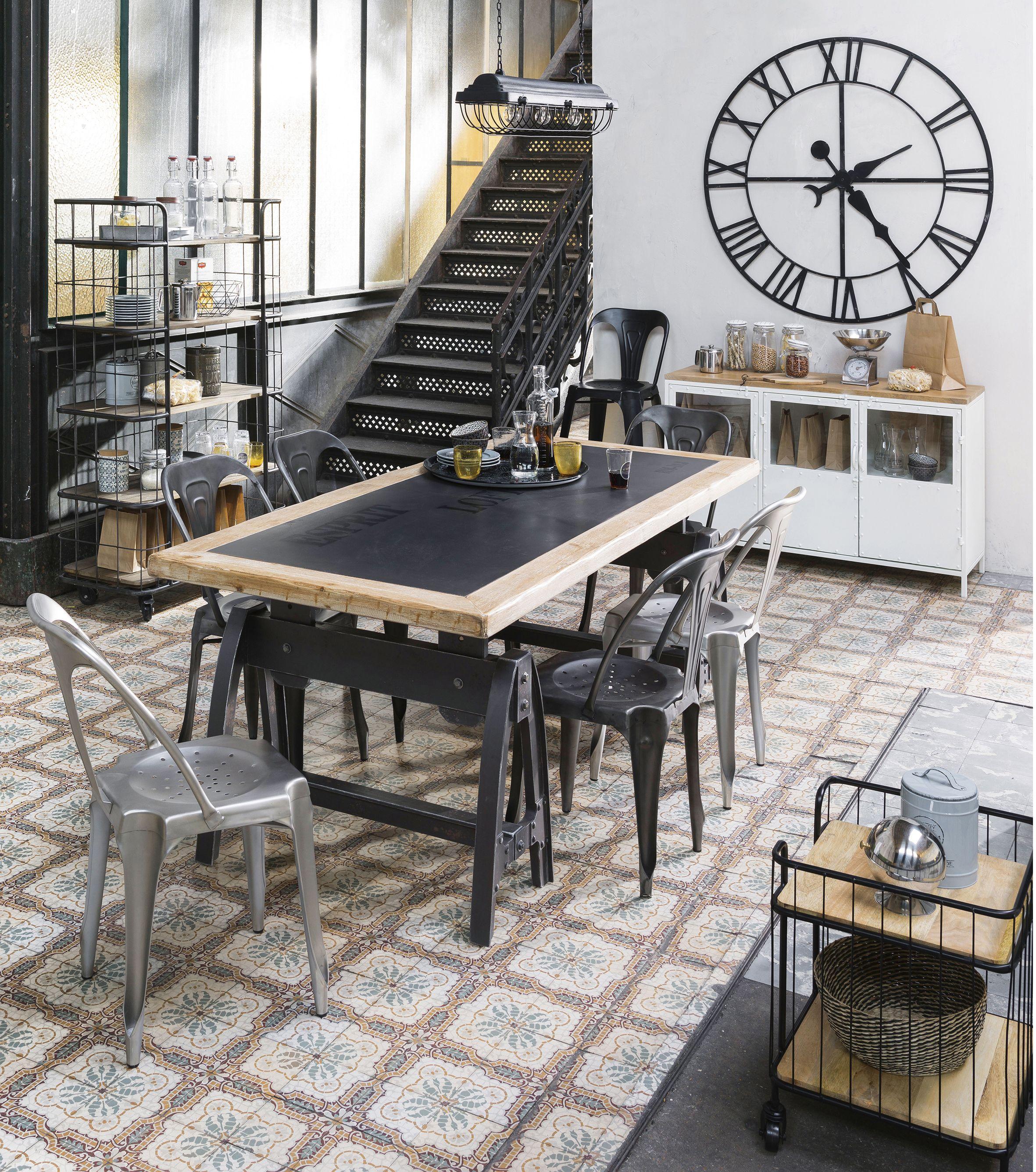 Salle a manger style industriel noir bois carreaux de ciment et m tal avec une grande horloge en - Deco salle a manger industrielle ...