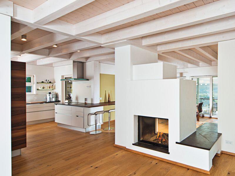 Die außergewöhnliche Architektur des Hauses passt sich nicht nur - holzbalken decke interieur modern