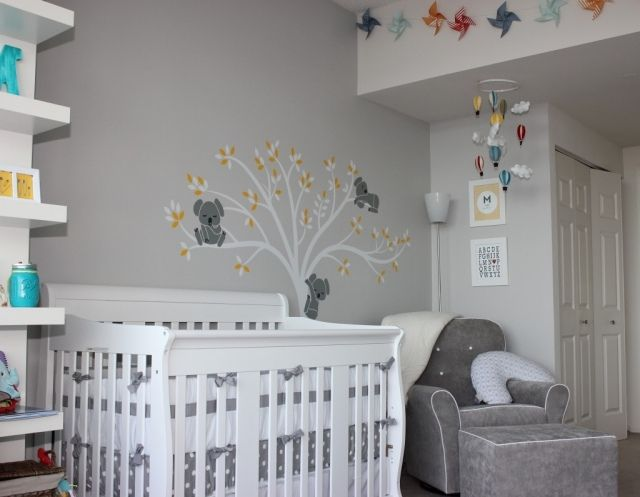 babyzimmer neutral gestalten graue wandfarbe baum mit koala b rchen aqua und gelb baby stuff. Black Bedroom Furniture Sets. Home Design Ideas