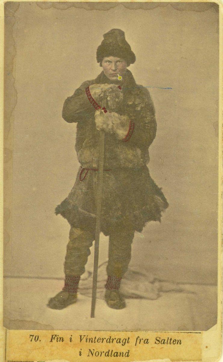 Mannsdrakt, samedrakt, vinter, Salten.  Kolorert original. Fotograf Marcus Selmer (1819-1900), Bergen.