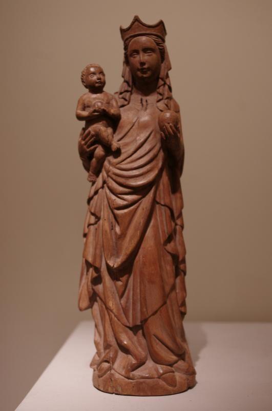 Vierge et l'Enfant, noyer, France, 19e siecle.