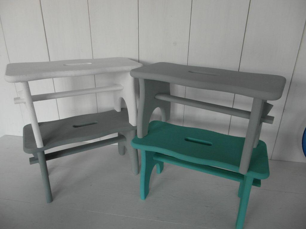 Leuke krukjes, (opstap) bankjes met een golvend randje. Nu in de webshop www.hetpeperkoekhuisje.nl