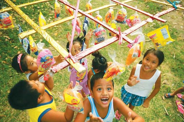 Traditional Pinoy Games Played At Every Filipino Party Balay Ph Thanksgiving Games For Kids Childrens Party Games Family Party Games