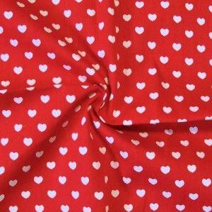 roter Baumwollstoff mit weißen Herzen