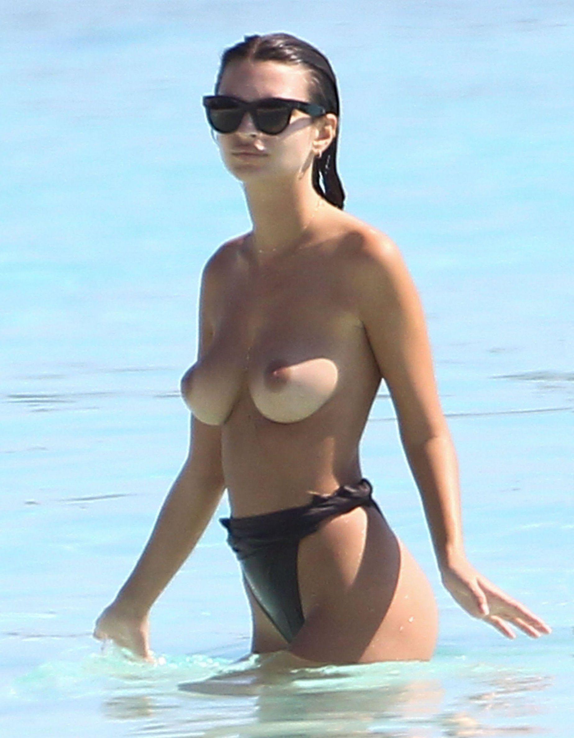 Les vacances torrides d'Emily Ratajkowski au Mexique La mannequin profite des couchers de soleil près de Cancún au Mexique et a posté des photos de vacances torrides sur Instagram et Snapchat…