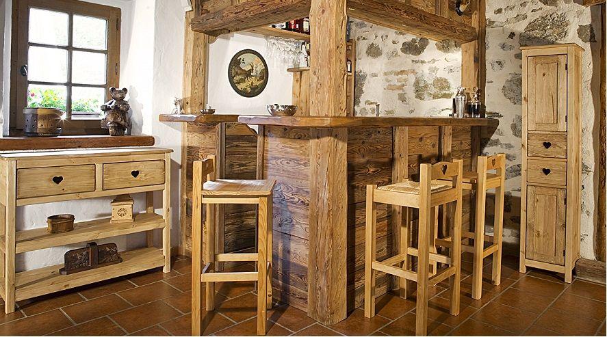 Découvrez la collection terroir des meubles en pin massif cirés des cœurs typiques de montagne et campagne et un aspect cosy apportant une touche