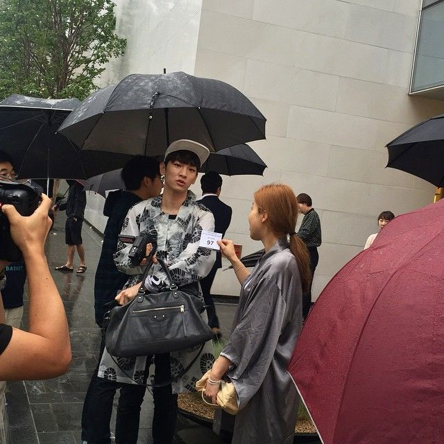 Shinee S Key Spotted Waiting In Line For The Apple Watch Shinee Waiting In Line Apple Watch