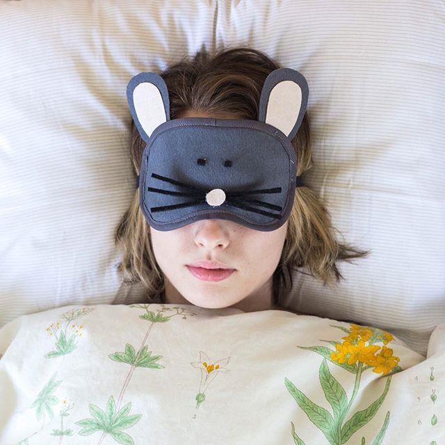 Visst är de ljusa morgnarna härliga men ibland vill jag i alla fall bara sova ut. Mitt bästa trick är: sovmask! 🐭😴 Det är dessutom kul att göra den själv. Beskrivning på hur du gör den här finns på dnilva.se - Det här är även mitt bidrag till #monthlymakers på tema #tyg