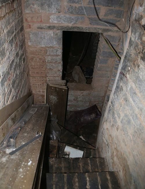 Rad homes with secret passageways dungeon under apartment for Houses with secret rooms and passageways