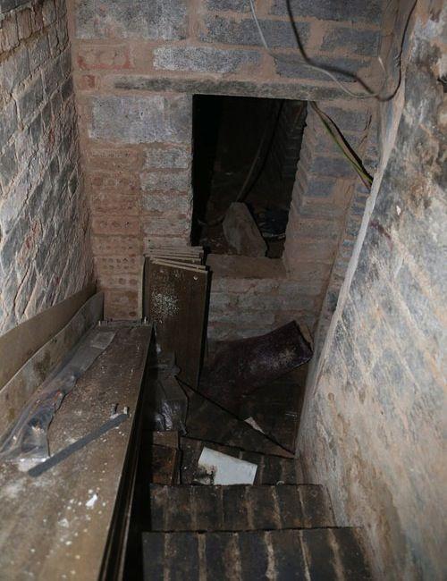 Rad Homes With Secret Passageways Dungeon Under Apartment