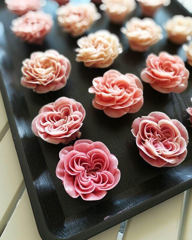 Buttercream flower. #butterblossom #buttercream #buttercreamflowers #flowerkorea #flowercake #cakeinspiration #cakelover #rose #wiltoncakes