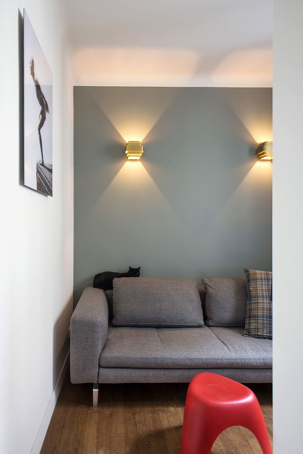 9 Small Space Ideas To Steal From A Tiny Paris Apartment Woonkamer Inspiratie Kleine Woonkamer Wandlamp