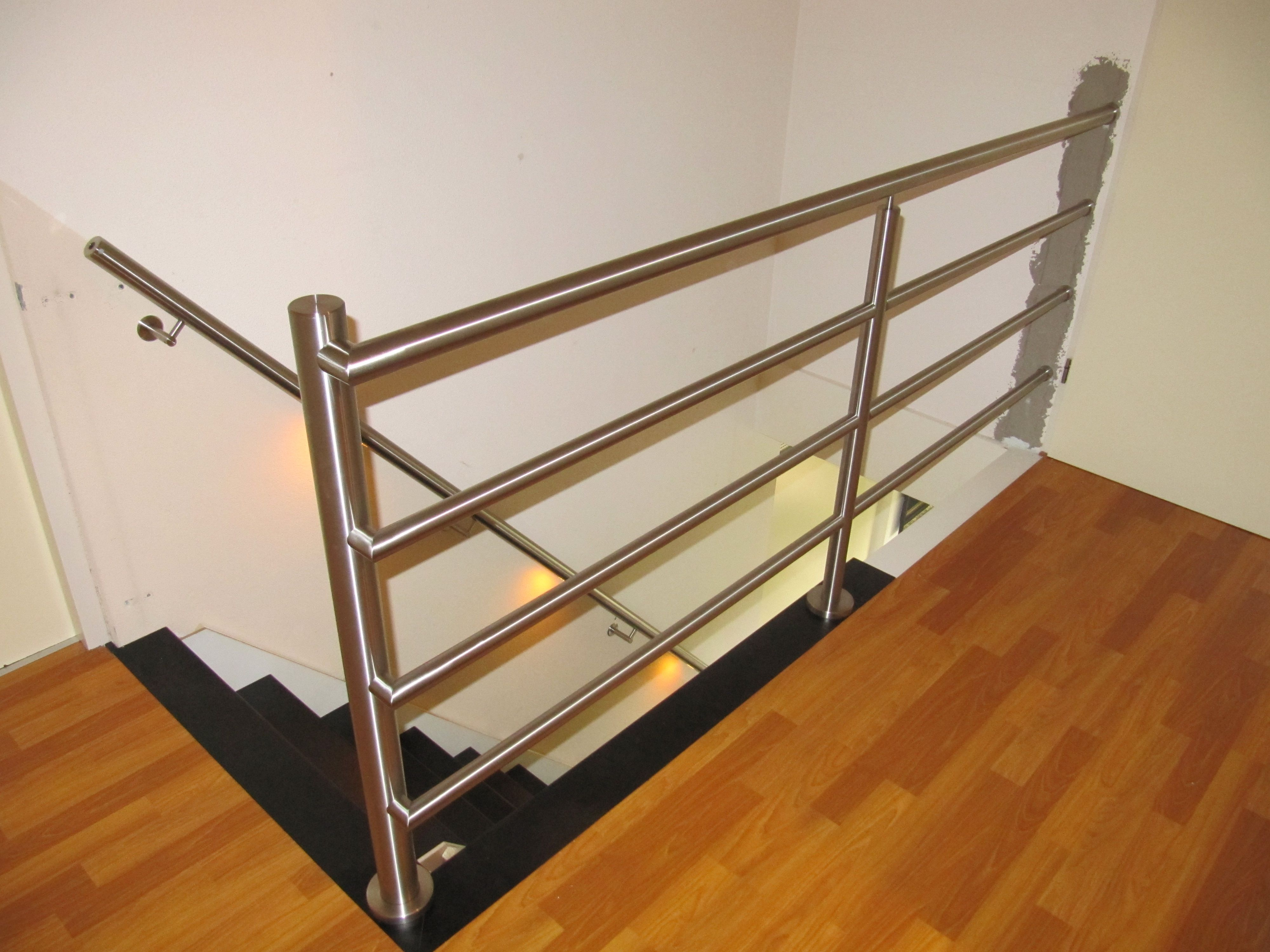 Robuuste balustrade van RVS met een trapleuning met verlichting ...