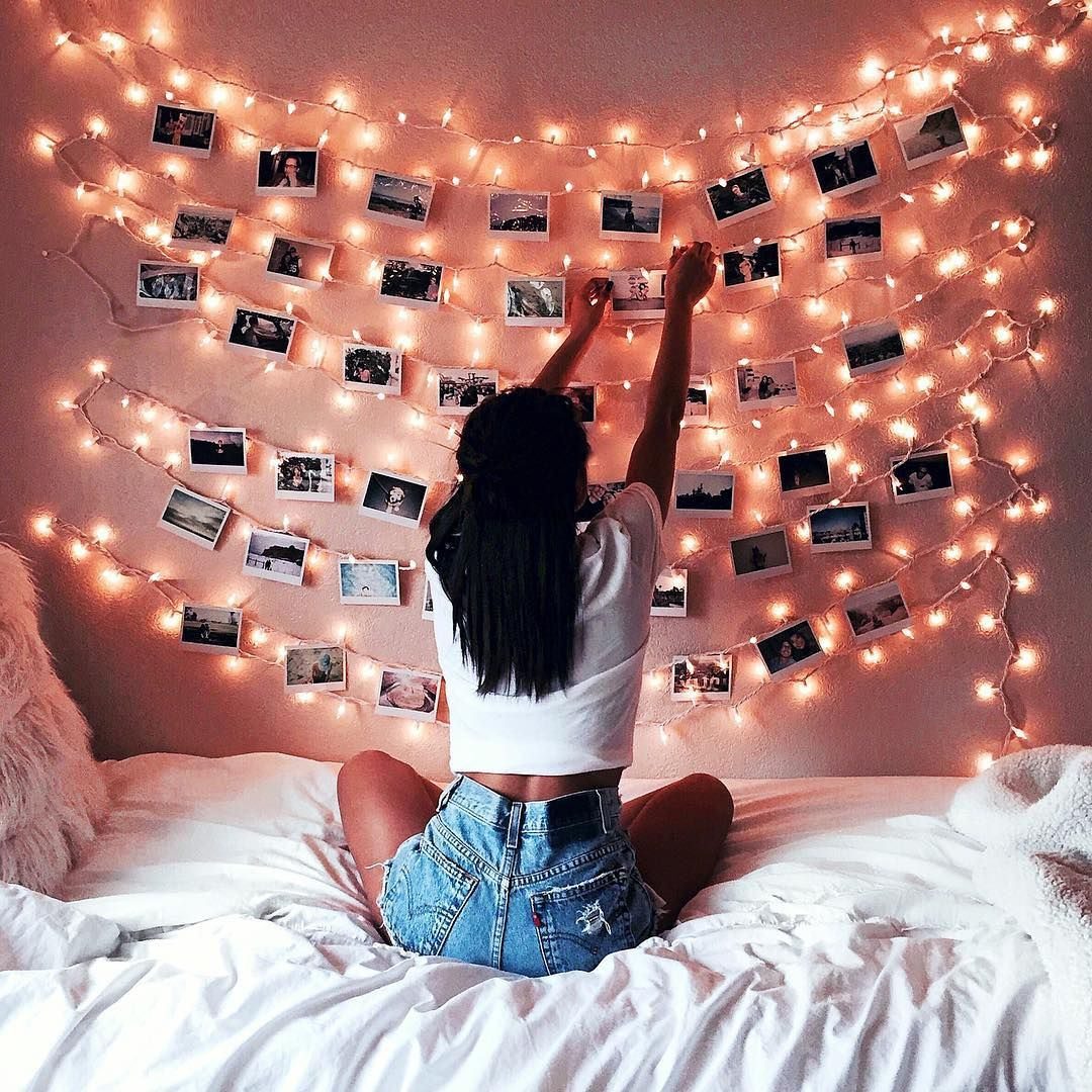 Decoration with fairy lights and photos on a pink wall girl bedroom decor tumblr photography for Young woman bedroom and string lights