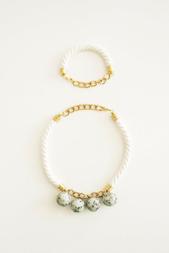 ebfc72280d0c Un collar de declaración hecho con cuerda de algodón