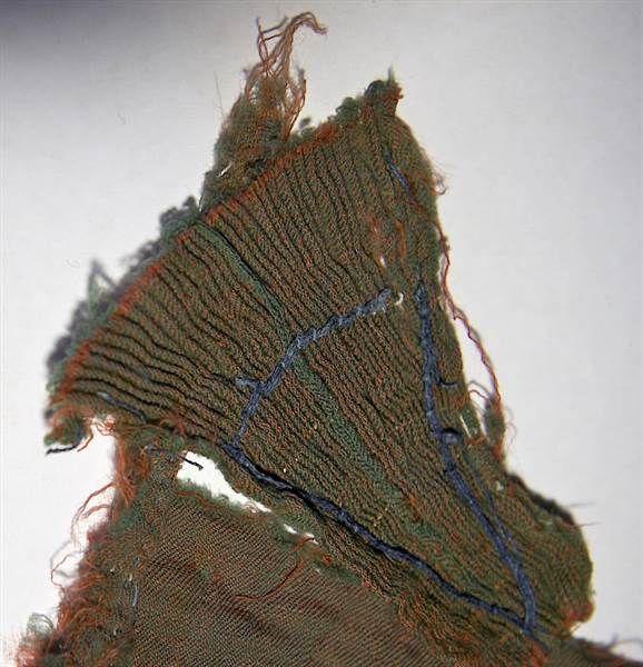 Turun tuomiokirkosta löytyneen villamekon palasen sininen pellavalanka on 1400-luvulta, ja 1500-luvulla kangasta on kursittu valkealla langalla.