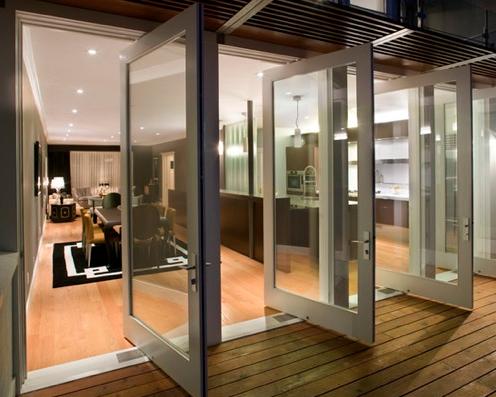 Salida a terraza con puertas pivotantes en aluminio blanco - Puertas para terrazas ...