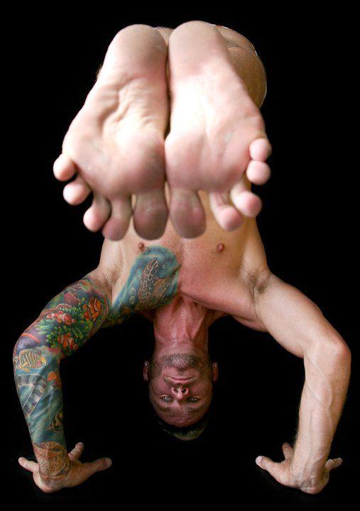Quando a pessoa separa os dedinhos assim...ela pratica Iyengar Yoga. Mas não pude deixar de ver os olhos e a tatoo.