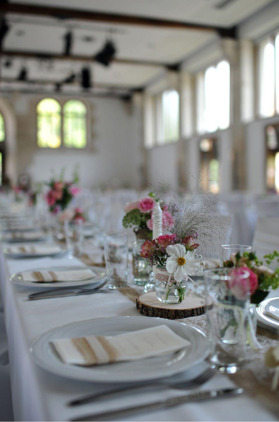 Spitzenband schmal kleine verschiedene Flaschen grere Vasen auf Baumscheiben   Hochzeit