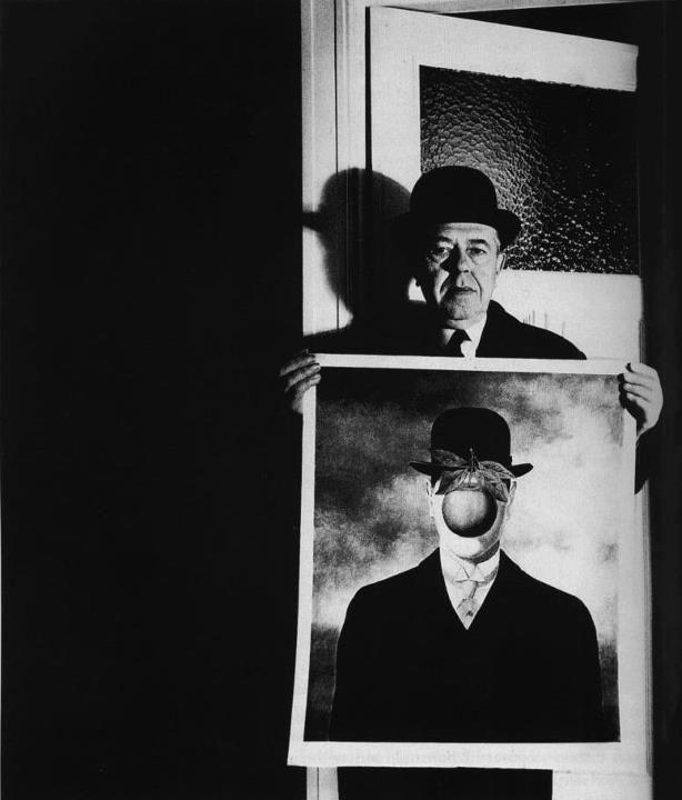 Rene Magritte con su obra El hijo del hombre.