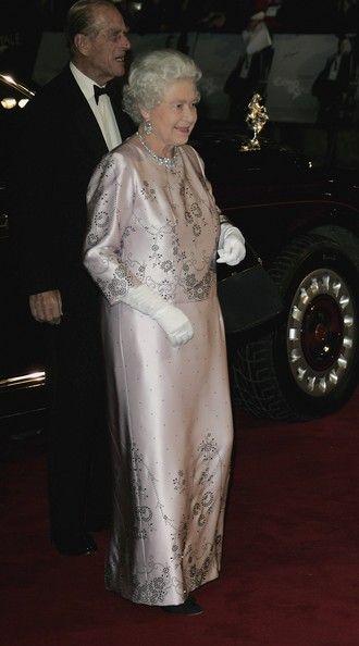 Abiti Da Sera Queen.Queen Elizabeth Ii Photos Photos Casino Royale World Premiere