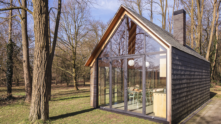 Het ontwerp van de compacte houten vakantiehuis is tot stand
