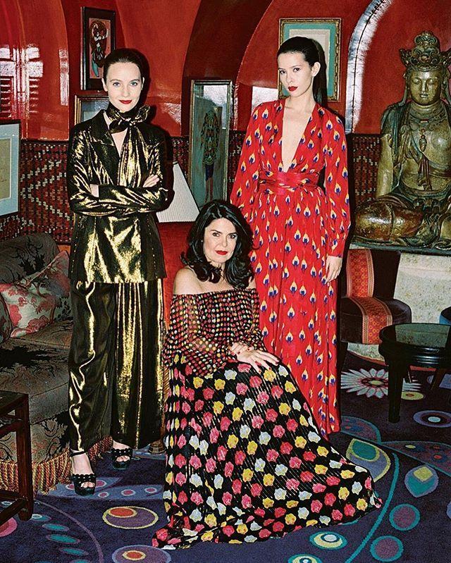 """A Vogue de março começa a chegar hoje às bancas - e está imperdível! Entre os highlights da edição está a matéria """"Fênix fashion"""" com todos os detalhes sobre a volta de @daniellahelayel à cena de moda mundial. Três anos depois de deixar a Issa a estilista brasileira radicada em Londres conta tudo sobre o lançamento da sua nova marca a @dhela que começa a desembarcar em lojas do Brasil e Japão a partir deste mês com reportagem de @fernanda_abdalla. Garanta a sua revista! (Na foto de…"""