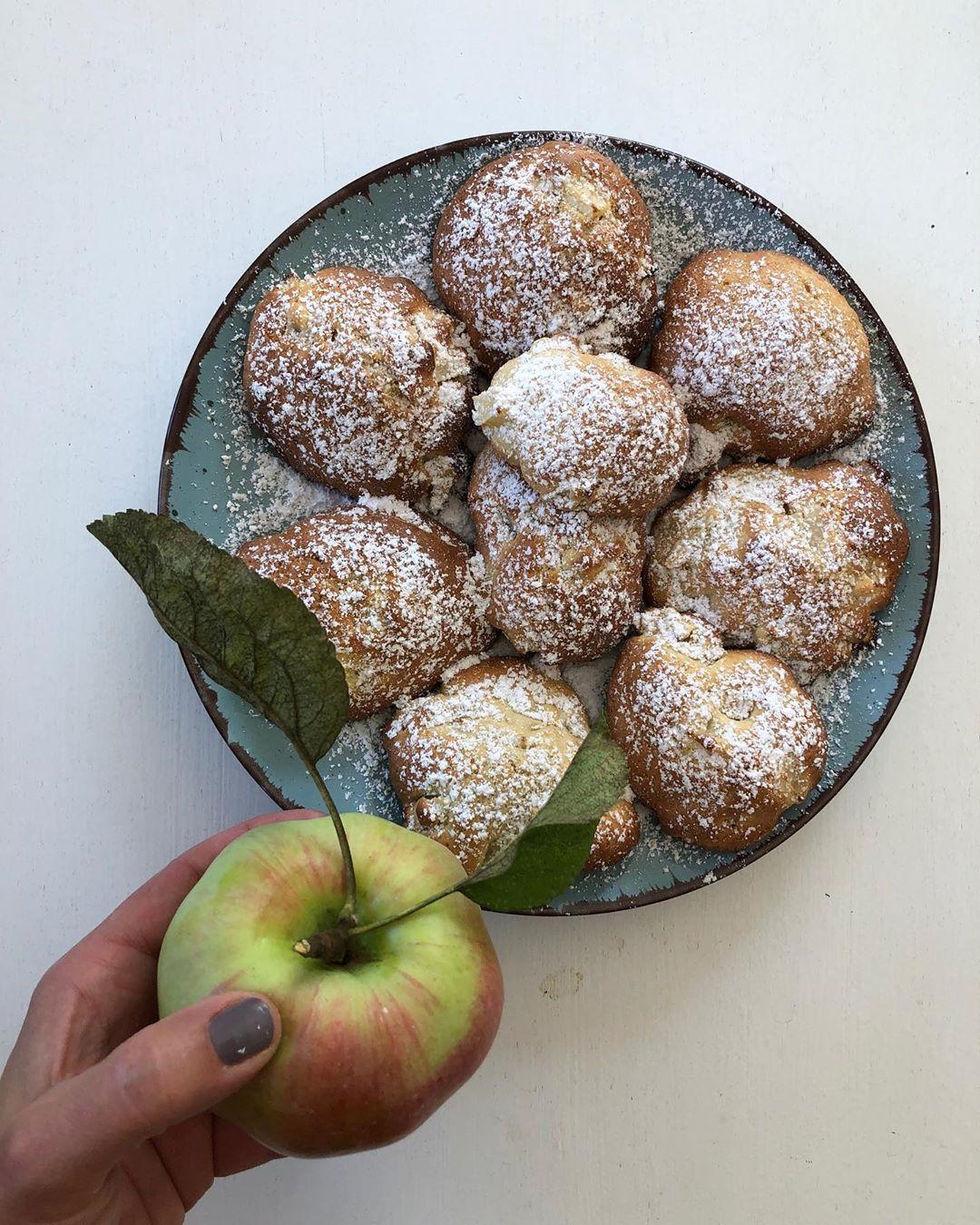Wie ich es liebe: Du gehst in den Garten und erntest das Obst direkt vom Baum! Ganz frisch und schwup di wupp sind ein paar Apfelflöckchen gebacken worden! 🍎🍏🍎